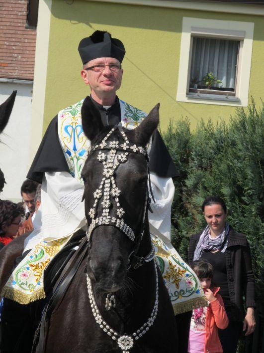 Farář na koni
