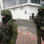 Nějací ozbrojenci na letišti v Simferopolu. Foto Hlas Ameriky